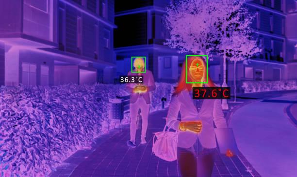 사람의 온도를 검사하는 열 스크린 스캐너 - 온도 뉴스 사진 이미지