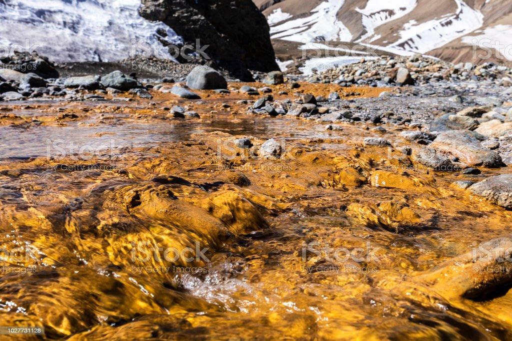 Aguas termales en Termas del Plomo dentro de las montañas de los Andes centrales. Sólo una impresionante vista de reflejos y colores de la Aurora y y una alpine vistas de los valles altos de los Andes, Santiago de Chile - foto de stock