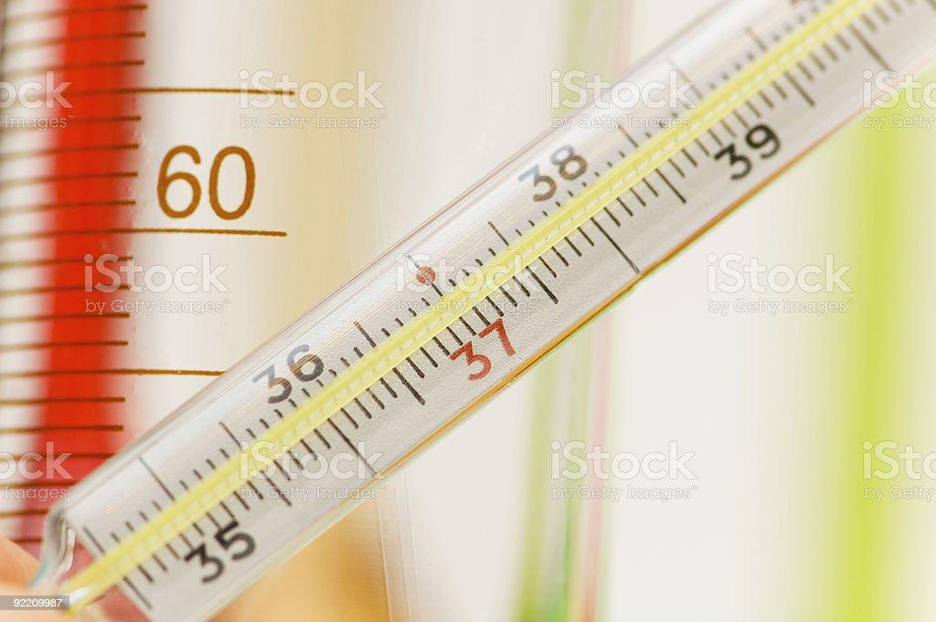 Quimica Termometro Y Tubos En El Fondo Foto De Stock Y Mas Banco De Imagenes De Asistencia Sanitaria Y Medicina Istock Auricolare, infrarossi, digitale, rettale, o senza mercurio. istock