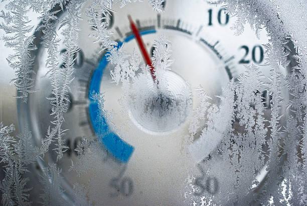 温度計、冷凍窓の後ろ ストックフォト