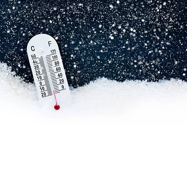 thermometer im schnee mit beiden grad celsius und fahrenheit - kaltes wetter stock-fotos und bilder