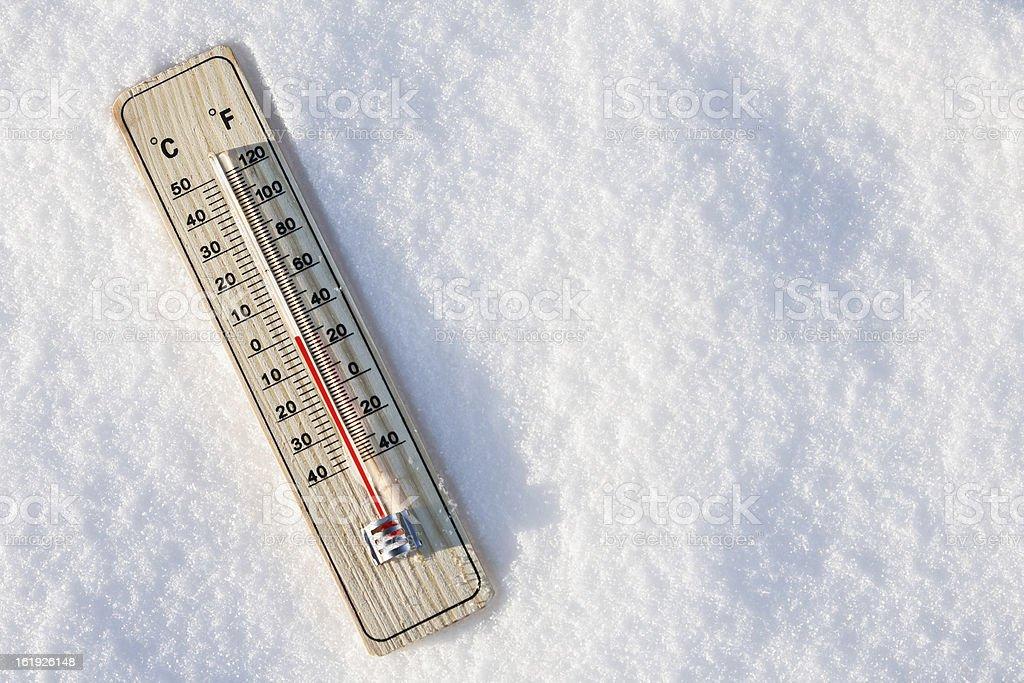 thermometer im Schnee mit Null Temperatur – Foto