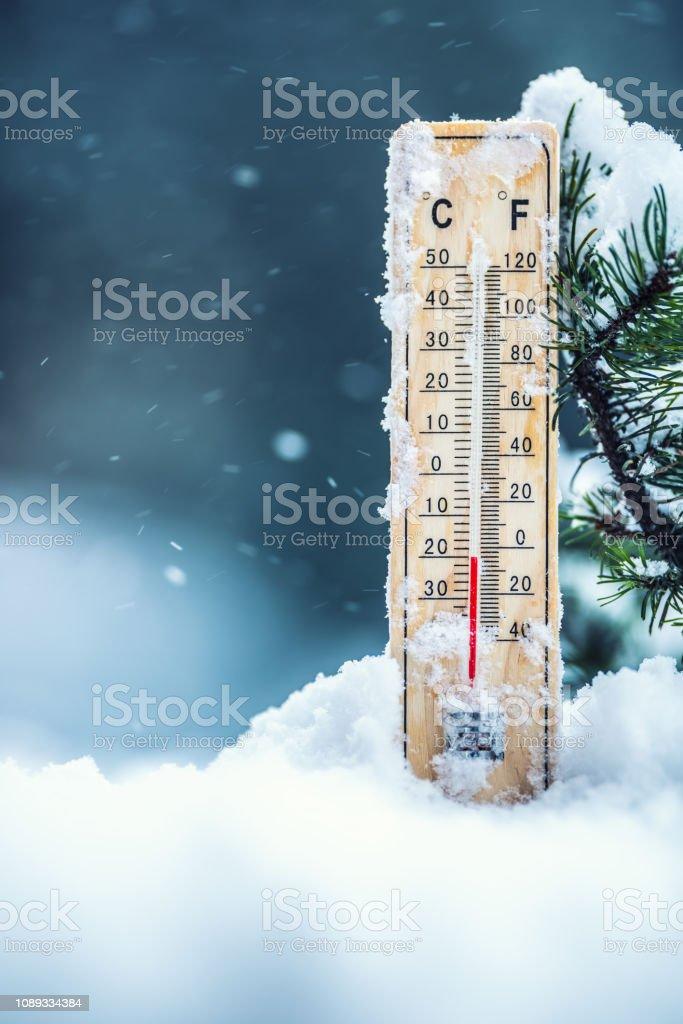 Thermometer auf Schnee zeigt niedrige Temperaturen in Celsius oder Fahrenheit. – Foto