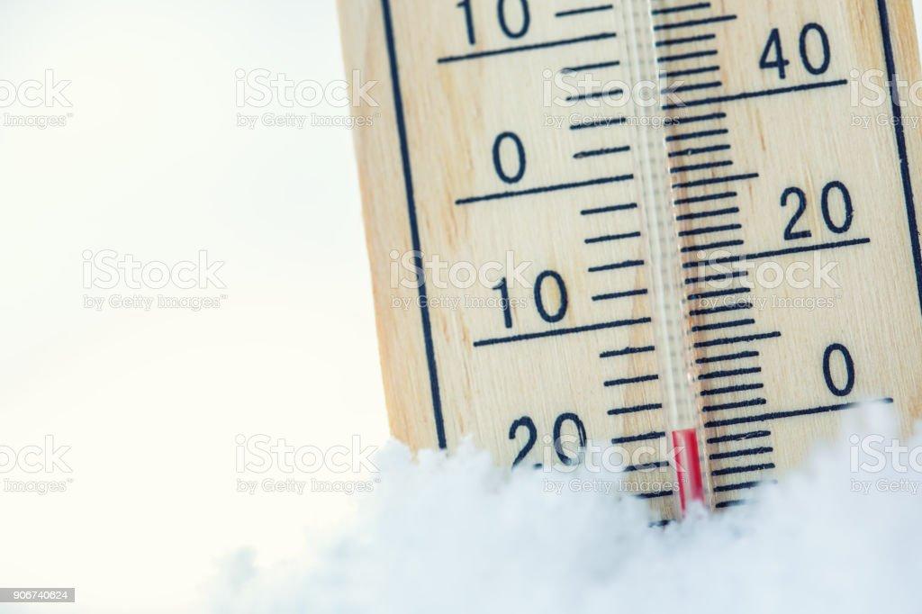 Thermometer auf Schnee zeigt niedrige Temperaturen unter Null. Niedrigen Temperaturen in Grad Celsius und Fahrenheit. Kalter Winter Wetter zwanzig unter Null – Foto