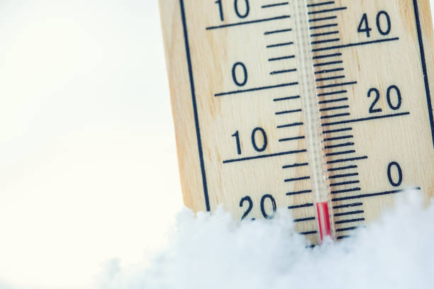 thermometer auf schnee zeigt niedrige temperaturen unter null. niedrigen temperaturen in grad celsius und fahrenheit. kalter winter wetter zwanzig unter null - kaltes wetter stock-fotos und bilder