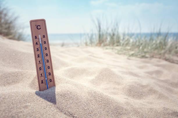 Thermometer auf dem Strand Hintergrund – Foto