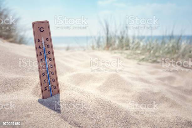 Thermometer On The Beach Background - Fotografie stock e altre immagini di Abbronzarsi