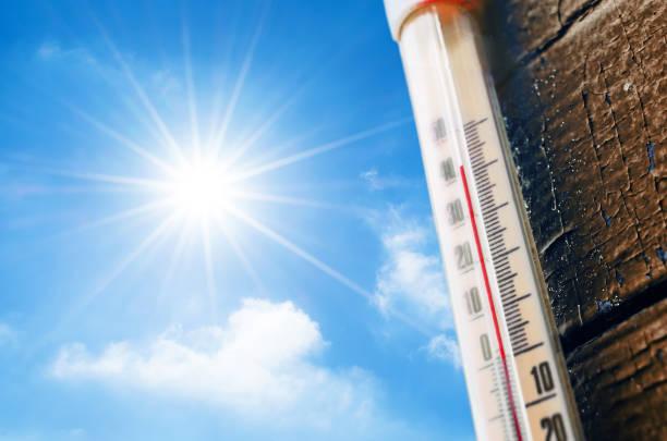 parlak güneş ve mavi gökyüzü bulutlu bir çerçevede bir ölçekte okuma bir yüksek sıcaklık termometre. kavramı, sıcak, tehlikeli hava, küresel ısınma. - hava stok fotoğraflar ve resimler