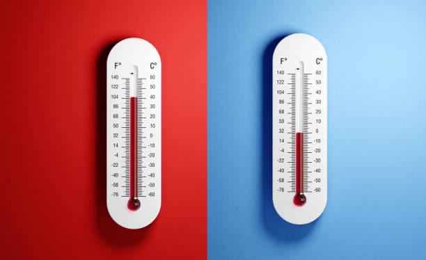 termómetros sobre fondo rojo y azul - frío fotografías e imágenes de stock