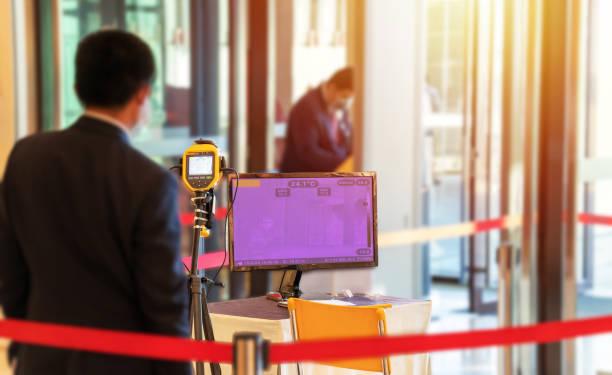 thermoscan kamera an screening-points am eingang des einkaufszentrums vorbeugende maßnahmen gegen die ausbreitung des covid-19-virus aus sorge um das wohlbefinden und die sicherheit des kunden - medizinischer scanner stock-fotos und bilder