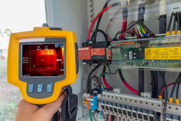 thermoscan (열 이미지 카메라), 예방 유지 보수에 대 한 컴퓨터의 내부 온도 확인 하기 위해 사용 하는 산업용 장비 태양광 발전소의 태양 추적에 대 한 전원 공급 장치를 확인 하는이 - 온도 뉴스 사진 이미지