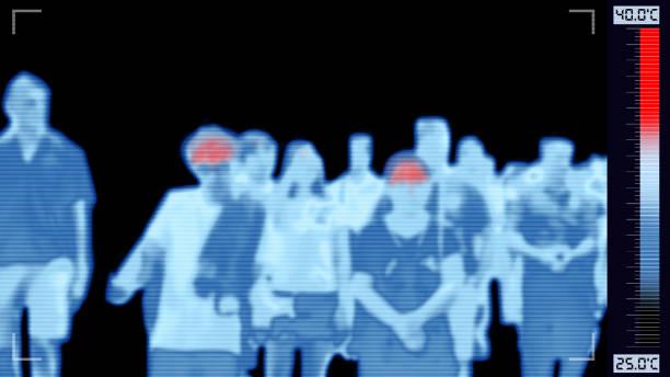 thermoscan 적외선 카메라 는 발열이있는 사람들을 스캔, 발병 제어 상황에 대한 높은 체온에 붉은 색 경고를 보여주는 - 온도 뉴스 사진 이미지