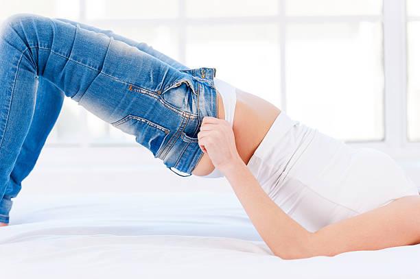 diese jeans ist zu eng. - enganliegende jeans outfits stock-fotos und bilder