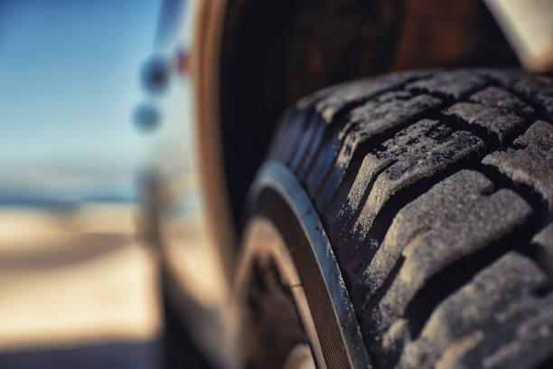 questi pneumatici mangiare su qualsiasi terreno - transport truck tyres foto e immagini stock
