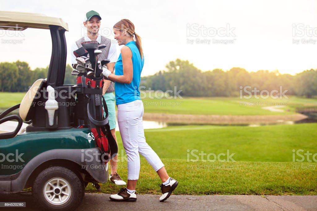 Sie haben immer eine gute Zeit auf dem Golfplatz – Foto