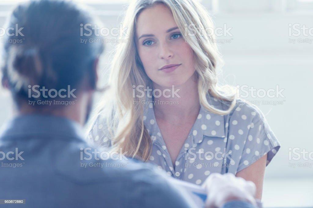 Sie sind beide junge Geschäftsleute lässig gekleidet in einem hellen Büro. – Foto