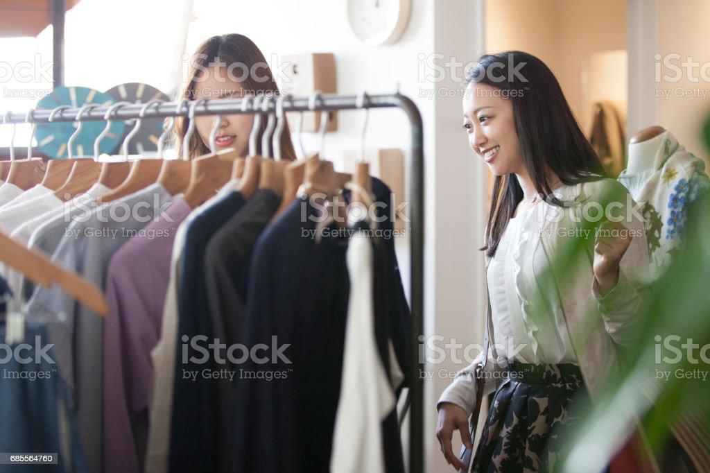 그들은 봄 옷 옷을 선택합니다. royalty-free 스톡 사진