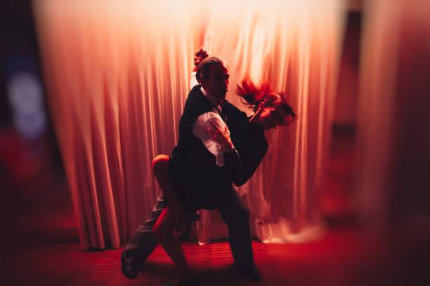 they dance till late at night - tango taniec zdjęcia i obrazy z banku zdjęć