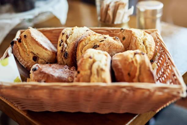 gehen sie so gut mit unseren kaffee - scones backen stock-fotos und bilder