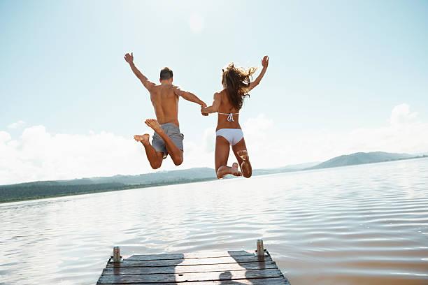 nunca pareceu tão gratuito! - jump pool, swimmer imagens e fotografias de stock
