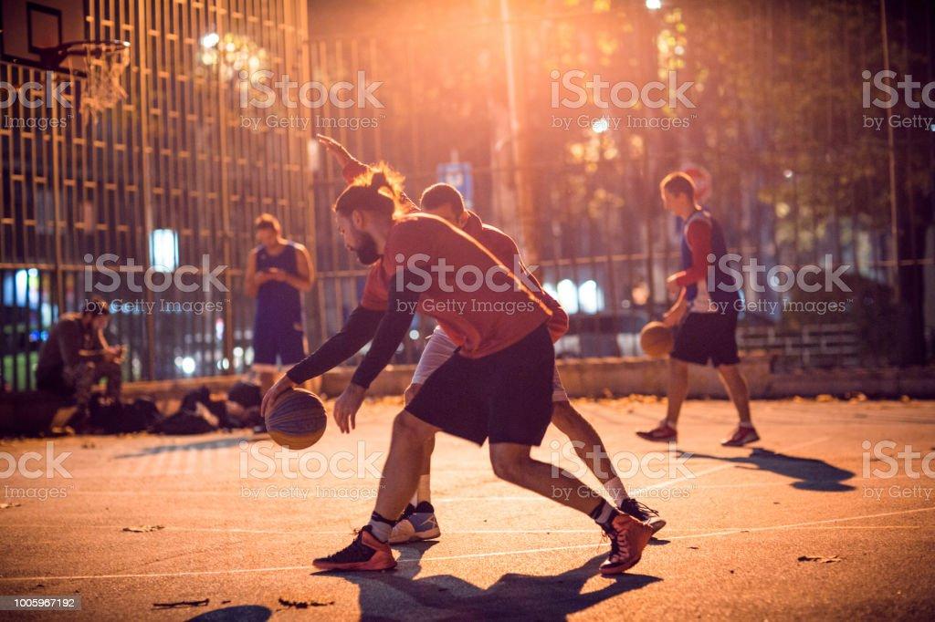 Sie wissen, Streetball zu spielen – Foto