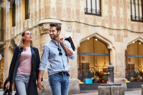 sie lieben ihren spaziergängen durch die stadt - städtetrip stock-fotos und bilder
