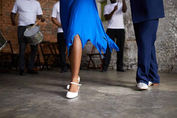 sie sind ein tanz-duo - sambatrommeln stock-fotos und bilder