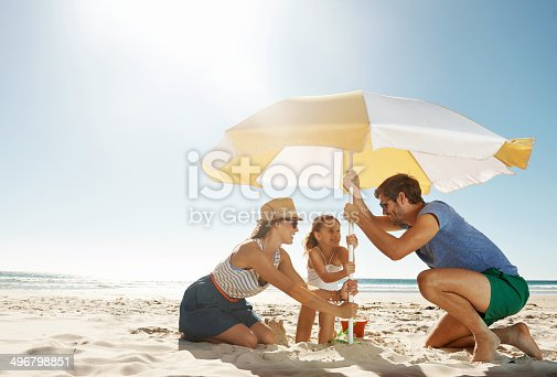 Shot of a happy family putting their umbrella up at the beachhttp://195.154.178.81/DATA/i_collage/pu/shoots/784349.jpg