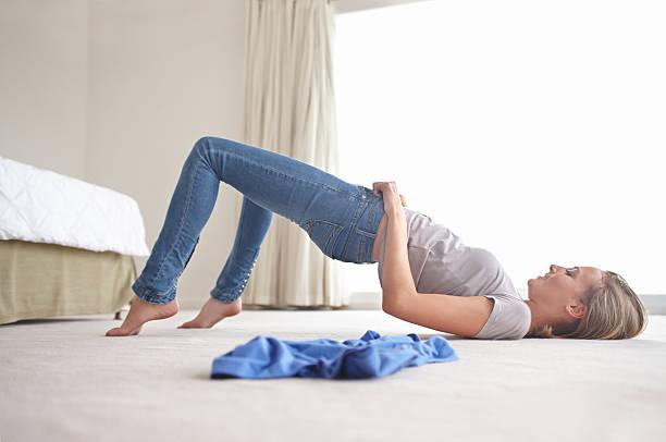 sie sind nur zu klein! - enganliegende jeans outfits stock-fotos und bilder