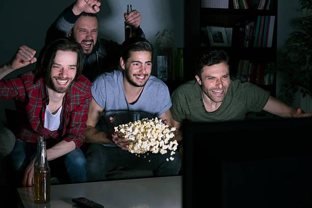 sie sind echte fans von football - spielabend snacks stock-fotos und bilder