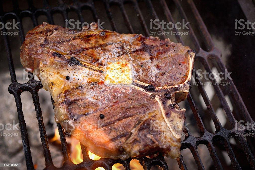 Spesso tagliata di manzo bistecca di osso su un vivace for Cucinare tagliata