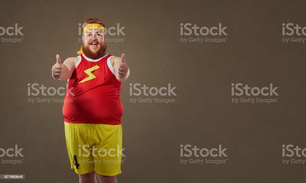 Dicken lustiger Mensch Sportswear hält seine Finger – Foto