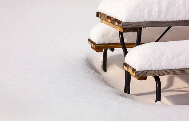 dicke, schwere winter schnee smothers picknick-tisch nach blizzard - picknick tisch kühler stock-fotos und bilder