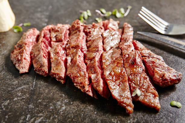 dicke scheiben heißes gegrilltes gesamt-masche-steak - flank steak marinaden stock-fotos und bilder