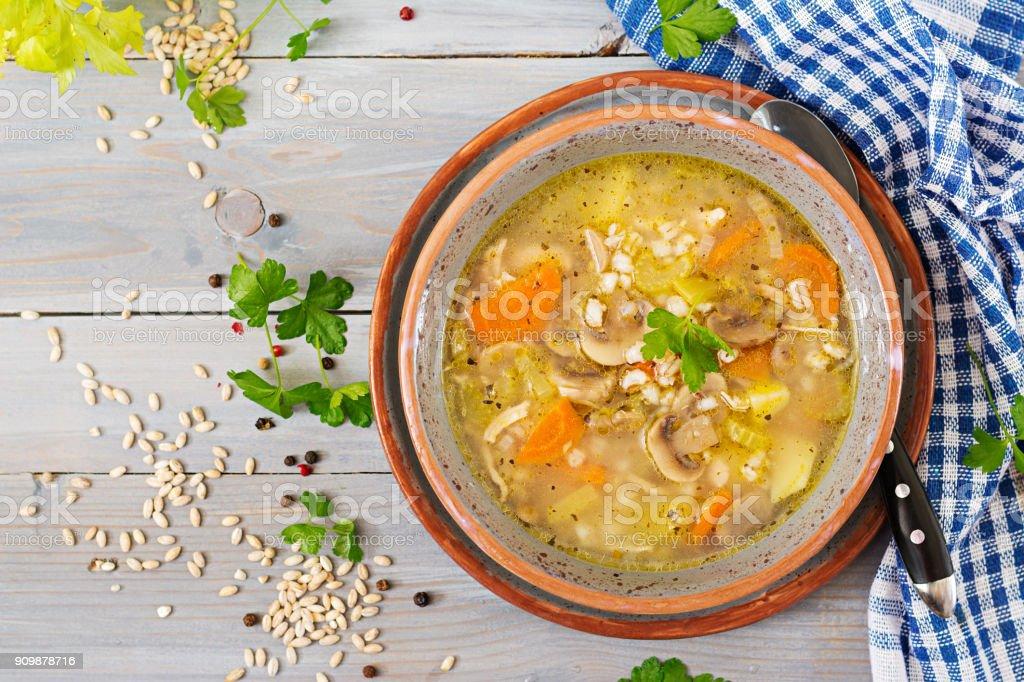 Dicke Suppe mit Graupen, Sellerie, Huhn und Pilzen. Diät-Menü. Ansicht von oben – Foto