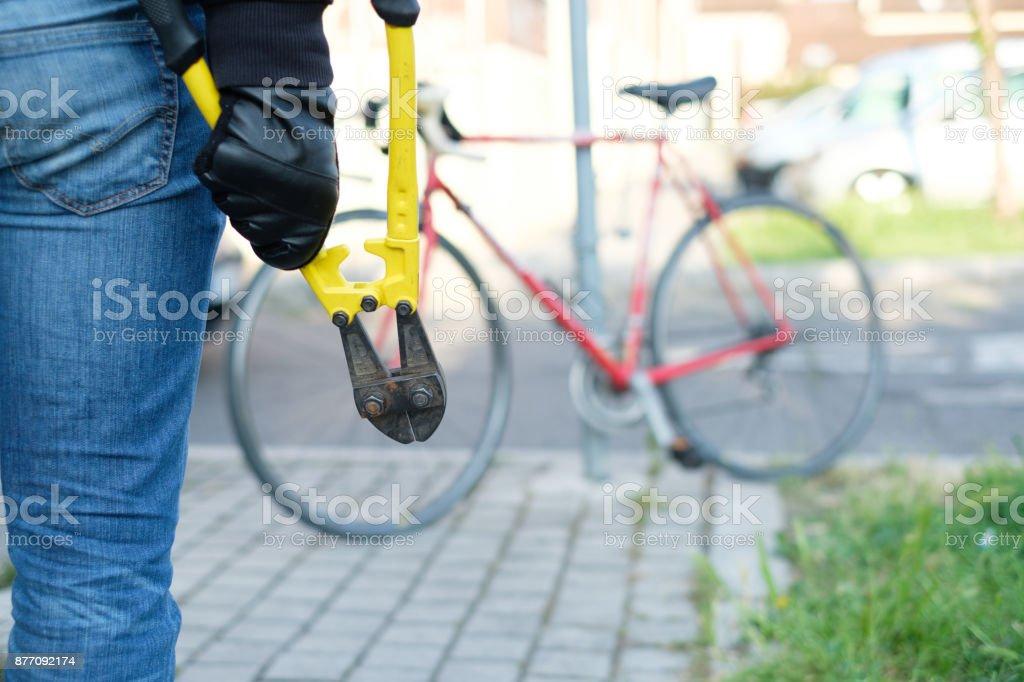 Dieb stehlen geparkte Fahrrad in der Stadt Straße – Foto