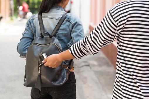 Ladrón De Robar El Teléfono Inteligente De Mochila De Viajero Mujer Foto de stock y más banco de imágenes de Adulto