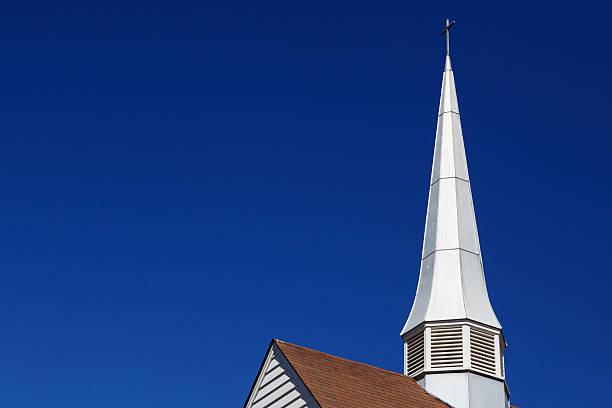 dünne kirche kirchturmspitze - kirchturmspitze stock-fotos und bilder