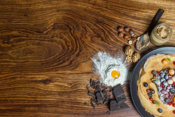dünne pfannkuchen mit beeren - schmaler tisch stock-fotos und bilder