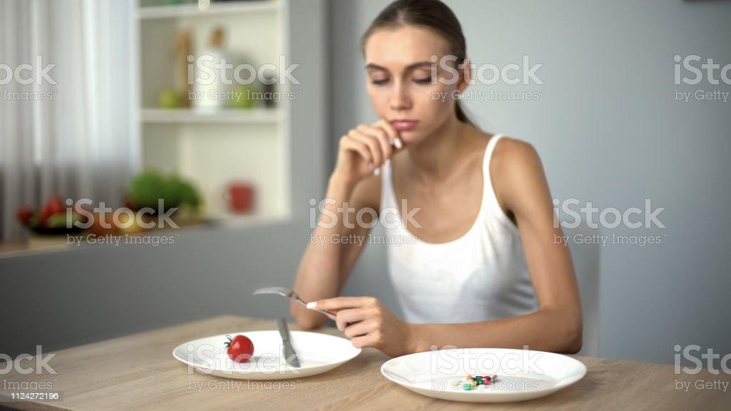 Dünne Mädchen Blick auf Anti-Adipositas-Pillen, Besessenheit mit Gewichtsverlust, sucht – Foto