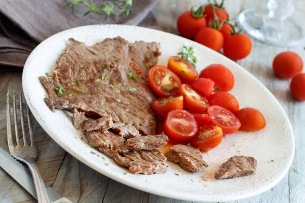 dünne scheibe gegrilltes machete steak oder rock steak - flank steak marinaden stock-fotos und bilder