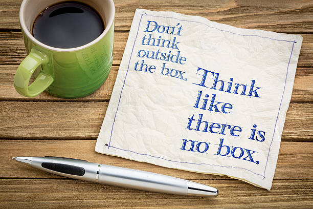 think like there is no box. - geisteshaltung stock-fotos und bilder