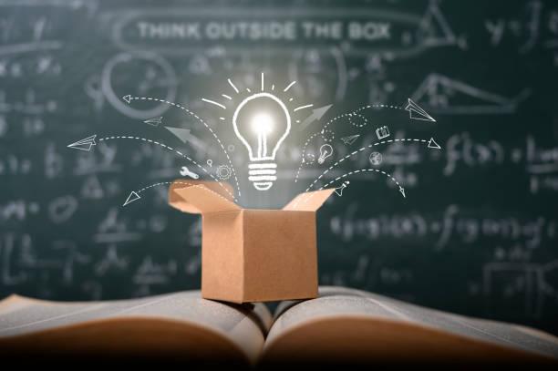 denken sie über den kasten auf der schule grüne tafel . startup-bildungskonzept. kreative idee. führung. - innovation stock-fotos und bilder