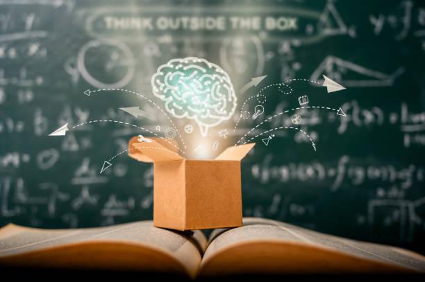denken Sie über den Kasten auf der Schule grüne Tafel . Startup-Bildungskonzept. kreative Idee. Führung. – Foto