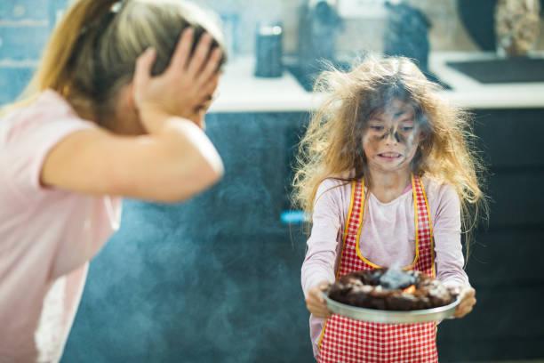 ich denke, der kuchen wurde etwas länger gebacken, als er sollte, mama! - fails zum thema eltern stock-fotos und bilder