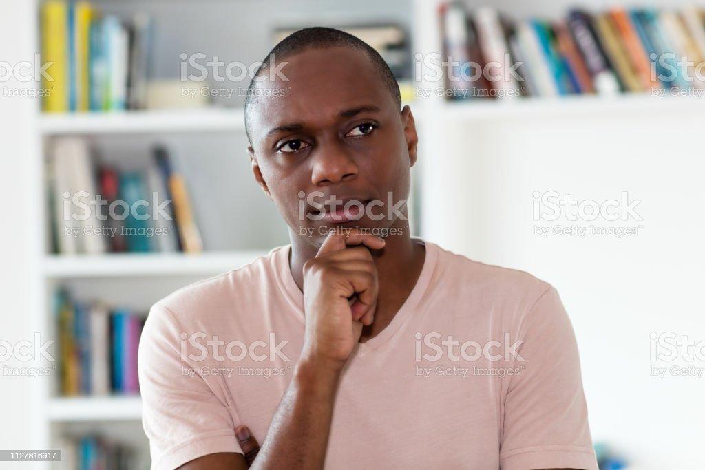 Hombre afroamericano pensar con la cabeza calva - foto de stock