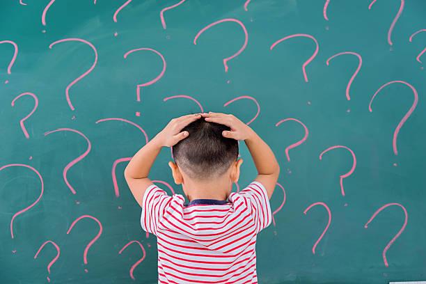 denken für lösung - fragen für jungs stock-fotos und bilder