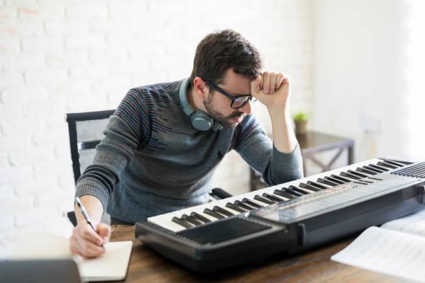 denken schwer für neue songtexte - kreatives schreiben übungen stock-fotos und bilder