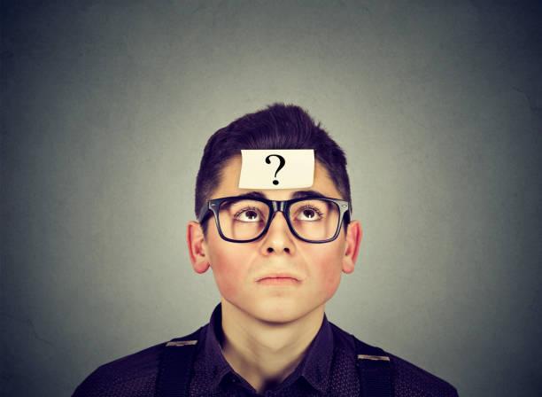 mann mit frage denken - fragen für jungs stock-fotos und bilder
