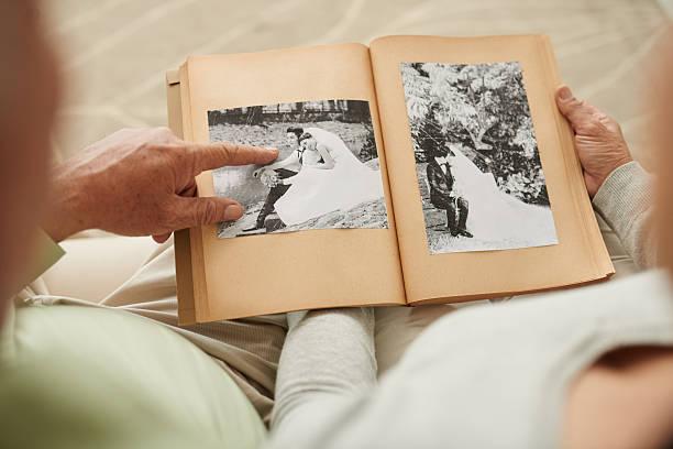 denken der alten zeiten - hochzeitsbilder stock-fotos und bilder
